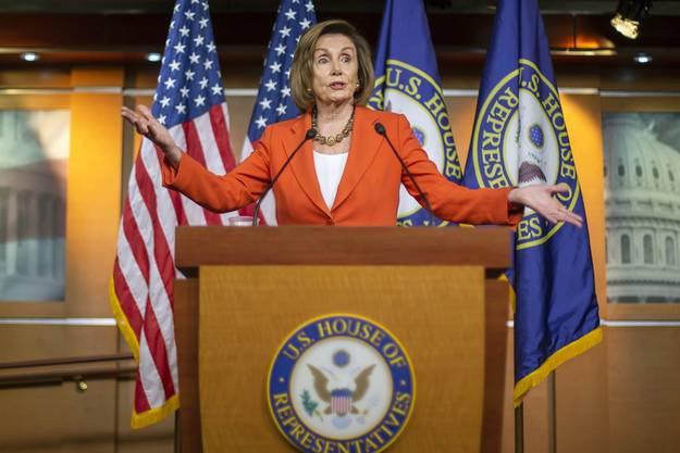 Parlamentssprecherin Nancy Pelosi gibt die Eröffnung des Impeachment-Verfahrens bekannt.