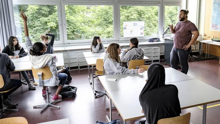 Lehrer Samuel Stirnimann lässt das Schuljahr der Klasse 3d locker ausklingen.