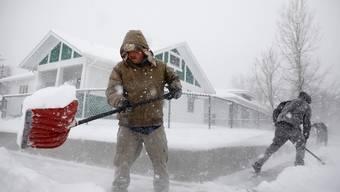 Schneeschaufeln während des Wintersturms in Casper, Wyoming.