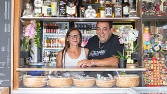 Trudi Schrottenholzer und Fernando Cassano führen gemeinsam die Strandbar in Villnachern. Für die «Mittwochs Musig» konnten sie sogar Mark Sway engagieren.