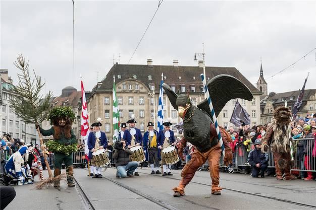 Andrang am Vogel Gryff auf der Mittleren Brücke: Tanz vor dem 3E-Spielchef Andreas Lehr. Kenneth Nars