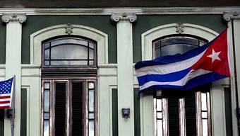 Die Flaggen der USA und Kubas wehen auf dem Balkon des Hotels Saratoga in der kubanischen Hauptstadt Havanna. Die Wiedereröffnung der Botschaften in den beiden Ländern soll kurz  bevorstehen (Archivbild).