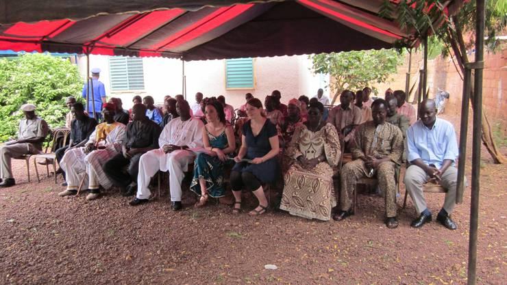An der Eröffnung des Waisenhauses in Burkina Faso: König Naaba Kiiba (3. v. l.), Natalie Burlet (6. v. l.) und Nina Werfeli (7. v. l.).  ZVG