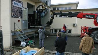Nach ihrer Ankunft im Ballyana-Museum wird die Dampfmaschine in den Museumsraum geschoben, wo sie ihren endgültigen Standort haben wird.