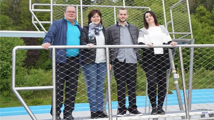 Noldi Heusser (links) und Lukas Schulthess haben von Margrit Haltiner (2. von links) die Pacht des Badirestaurants übernommen. Ganimete Morina (rechts) wird den Betrieb leiten.