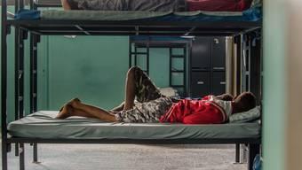 Wenig deutet auf eine Entspannung im Asylbereich hin. Im Empfangszentrum von Chiasso TI kommen immer mehr Flüchtlinge an.