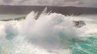 Unheimlich und eindrücklich zugleich: der starke Wellengang bei Laie Point Oahu aus der Vogelperspektive