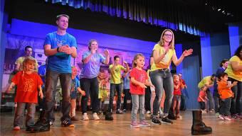 Die Jüngsten waren mit ihren Eltern auf der Bühne und trugen zur Turnerunterhaltung bei.