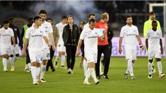 Die FCZ-Spieler trotten nach dem besiegelten Abstieg enttäuscht von dannen.