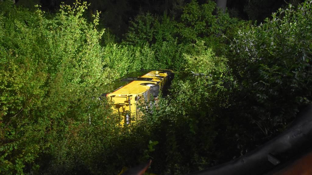 Postauto stürzt 40 Meter den Abhang hinunter