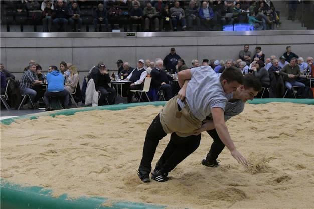 Der Urdorfer Valentin Fischer (hinten) lieferte sich gegen Florian Frauenfelder einen harten Kampf.