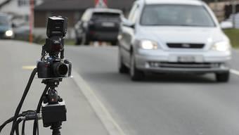 Doppelt so schnell wie erlaubt unterwegs war ein 20-jähriger Autolenker innerorts in Einsiedeln. (Symbolbild)