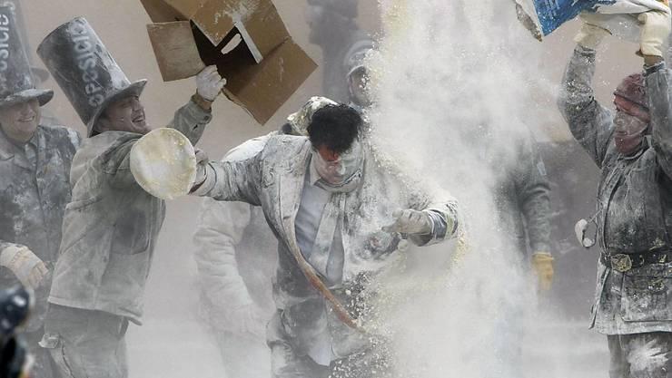 Mehl wird bei dem Volksfest sackweise ausgeschüttet (Archiv)