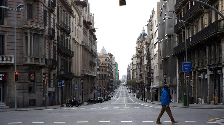 Spanien verschärft Ausgangsbeschränkungen weiter. Jetzt sollen auch die meisten Arbeitnehmenden in den Zwangsurlaub.