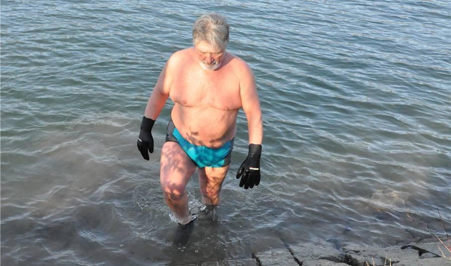 Jakob Vogt schwimmt auch bei minus 15 Grad im Rhein
