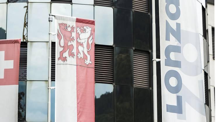 Das Logo des Chemieunternehmens Lonza am Standort in Visp. Das Unternehmen legt für 2015 starke Zahlen vor.