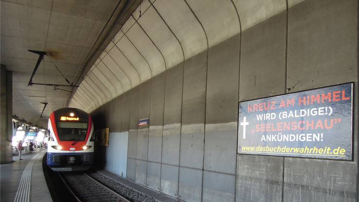 Das Plakat mit seiner fragwürdigen Botschaft hängt beim Gleis 3 am Bahnhof Stadelhofen in Zürich.