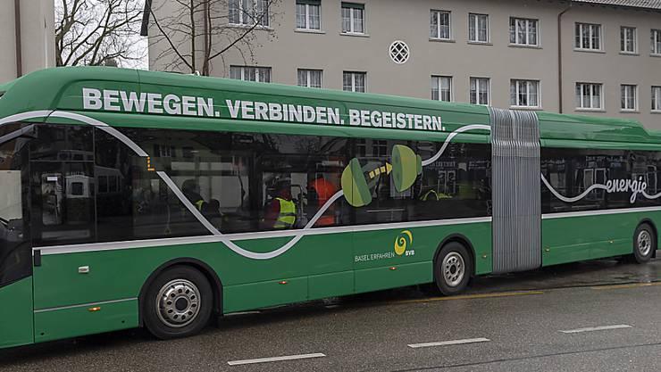 Der erste Elektro-Gelenkbus der BVB hat überzeugt. Ab 2027 sollen auf dem Netz der BVB nur noch Elektrobusse verkehren. (KEYSTONE/Georgios Kefalas)