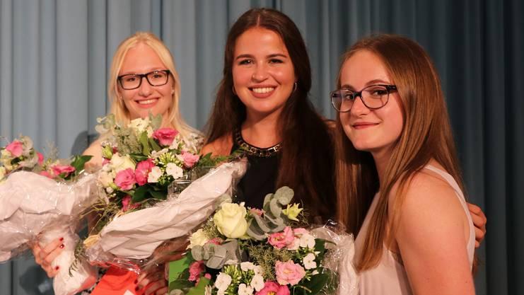 PreisträgerInnen L: von links Caitlin Giroud, 4aL; Svea Burn, 4aL; Gianna Gurzeler, 4aL.