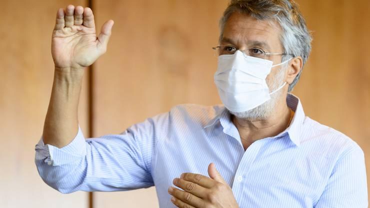 Der Waadtländer Kantonsarzt Karim Boubaker lockert das Quarantäneregime.