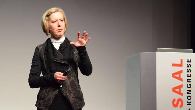 Barbara Artmann, Inhaberin und Geschäftsführerin der Schuhfirma Künzli, bei ihrem lebhaften Referat
