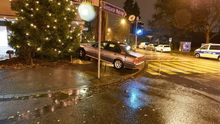 Am Sonntagmorgen hat ein alkoholisierter Autofahrer in Riehen die Kontrolle über sein Fahrzeug verloren und ist aufs Trottoir geraten. Er krachte dabei in einen Findling. Die Polizei nahm ihm den Führerausweis ab und wird ihn an die Staatsanwaltschaft verzeigen.