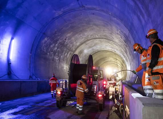 Wo heute der Anhänger mit der Kabelrolle steht, verkehren in anderthalb Jahren die ersten Züge: Die Schienen im Bözbergtunnel kommen auf die Höhe der seitlichen Kabelschächte zu liegen, wo die zwei Männer stehen.