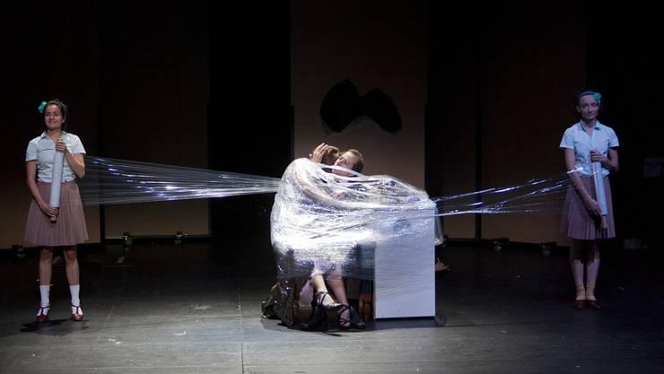 Knappes Budget schnürt Schweizer Theatermachern die Luft ab: Szene aus «Ein Traumspiel» von August Strindberg am Theater Basel in der Regie von Tomas Schweigen.