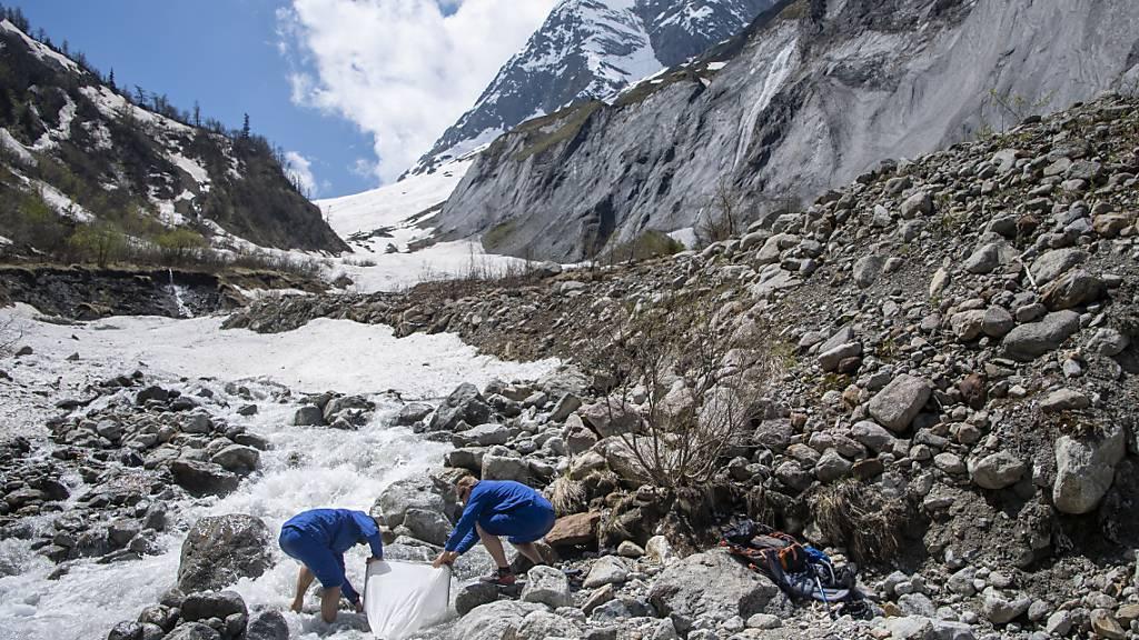 Unter anderem am Fusse des Glacier des Bossons, des Glacier d'Argentieres und des Glacier de Trient hält das Team an, um ein Netz mit einer Maschenweite von 50 Mikrometer zu installieren und die vom Schmelzwasser transportierten Plastikpartikel in Fläschchen zu sammeln.