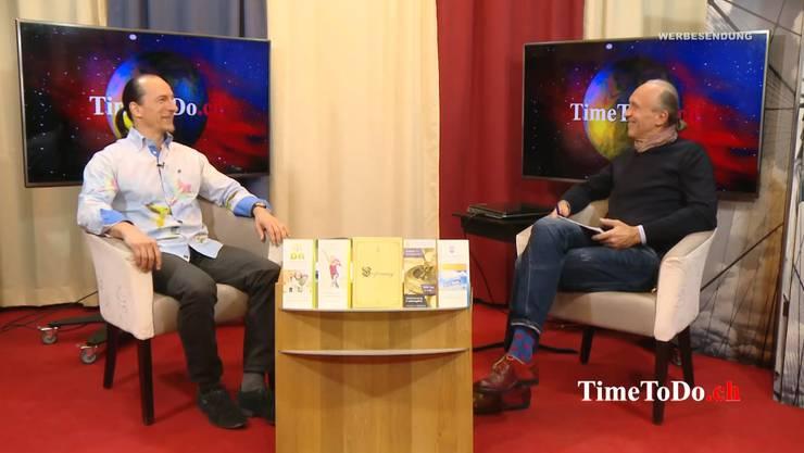 Bezahltes Interview: Peter Fitzek, «König von Deutschland» (links), und Moderator Norbert Brakenwagen. (Quelle: Youtube/timetodotv)