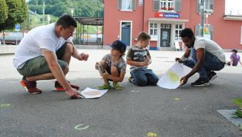 Streetart-Künstler «Pollo 7» gibt Kindern im Rahmen eines Workshops im Rehmann-Museum in Laufenburg einen Einblick in den Umgang mit der Spraydose und Schablone.