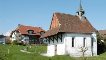 Die Kapelle steht heute mitten im Dorf.