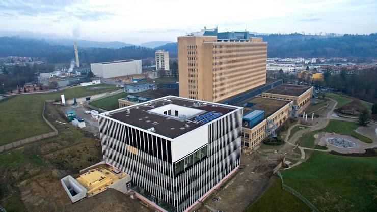 Der Kubus (vorne) und das Kantonsspital Baden, das bis 2022 durch einen Neubau ersetzt werden soll.