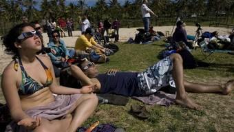 Touristen auf den Osterinseln bestaunen Sonnenfinsternis