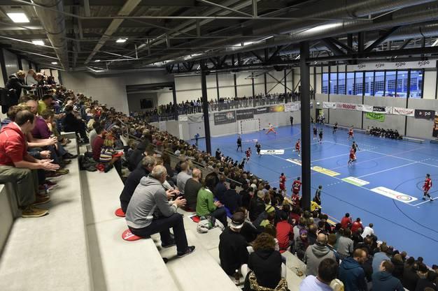 Eine Übersicht über die mit 1780 Fans prallgefüllte GoEasy-Arena in Station Siggenthal beim Eröffnungsspiel der Nationalliga B: TV Endingen – STV Baden.