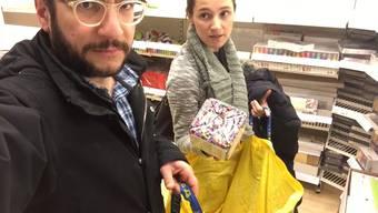 «Wir haben einen Holzlöffel – weshalb brauchen wir noch eine Holzgabel?», David beim Ikea-Shopping.