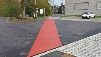 «Achtung Kinder» signalisiert diese rote Linie vor der Schule.