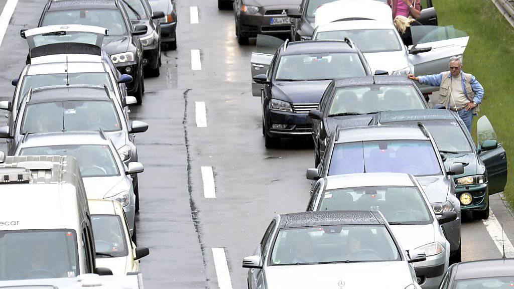 Ferienzeit ist auch Stauzeit: Auf der A2 stauen sich die Fahrzeuge in Richtung Norden. (Archivbild)
