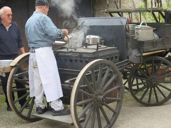 Ueli Braun beim Schöpfen des Pot-au-feu aus der 'Gulaschkanone'