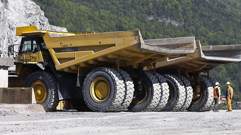 Die Schweizer Zementindustrie  hat im zweiten Quartal 2019 weniger abgesetzt. Im Bild das Holcim-Zementwerk Untervaz. (Archivbild)