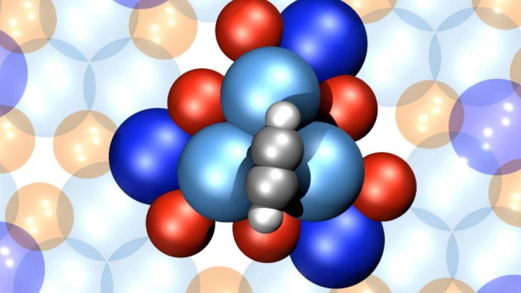 Ein Motor, der nur aus 16 Atomen besteht: Atomares Strukturmodel eine einzelnen 4-atomigen Acetylen-Rotors (grau-weisse Kugeln) auf der chiral (d.h. händischen) PdGa Oberfläche (blaue Kugel -> Palladium, rote Kugeln -> Gallium).