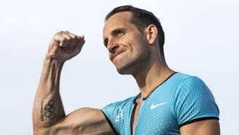 Renaud Lavillenie lässt am Genfersee die Muskeln spielen