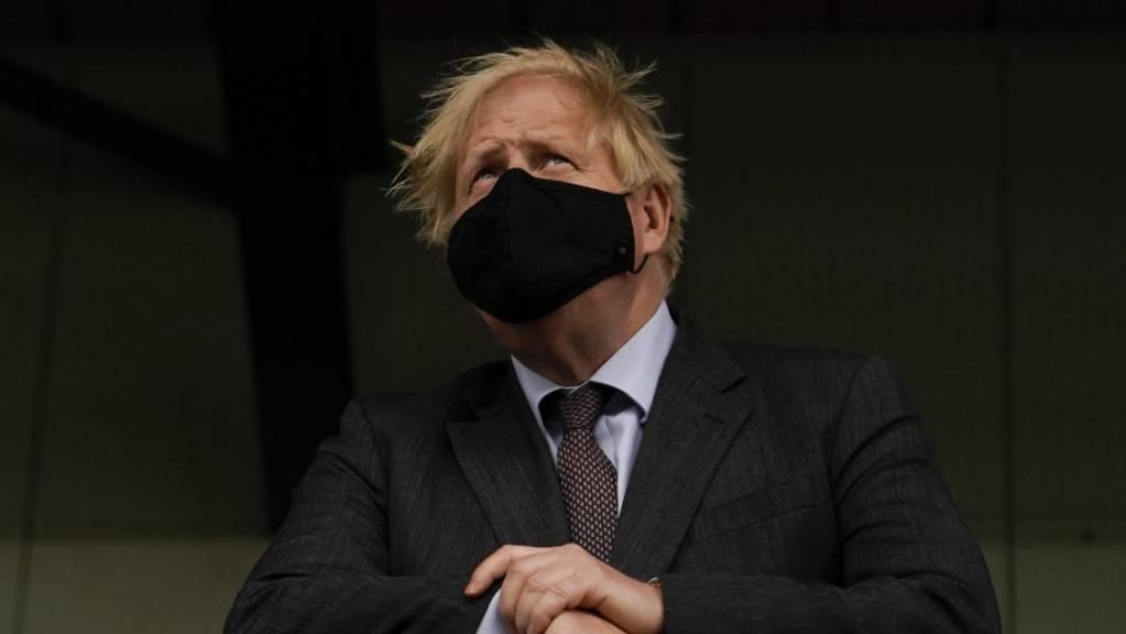 ARCHIV - Boris Johnson, Premierminister von Großbritannien, besucht ein Impfzentrum im StoneX Stadium, der Heimat des Rugby-Union-Clubs Saracens. Foto: Alberto Pezzali/PA Wire/dpa