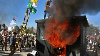 Demonstranten setzen Bauten vor der US-Botschaft in der irakischen Hauptstadt Bagdad in Brand.