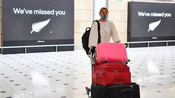 Passengers from New Zealand arrive at Sydney International Airport in Sydney, Friday, October 16, 2020. Australia's border rules have been relaxed as the country establishes a trans-Tasman travel bubble with New Zealand. (AAP Image/Dean Lewins) NO ARCHIVING