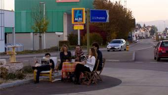 Versprochen sei versprochen: Die Juso setzten sich kürzlich an die Rheinstrasse und forderten mit ihrer Aktion das Rückbauprojekt ein.