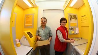 Ruth und Paul Meister, Inhaber des Denner Satellit, in der neuen Postagentur mit Paketannahme (links) und der bargeldlosen Einzahlungsstelle (rechts)