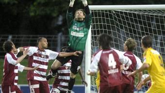 Goalie Matteo Gritti pflückt sich einen Luzerner Flankenball