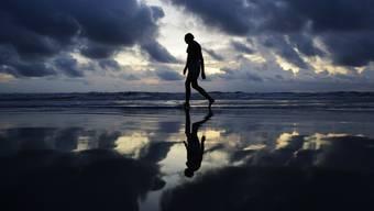 Mann am Strand am Freitag in Daytona Beach, Florida. Alle Einwohner Floridas sollten sich laut dem Gouverneur für eine Evakuierung wappnen.