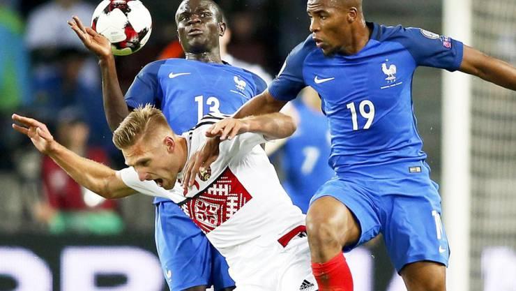 Kriwets im Duell gegen Frankreichs Sidibe, hinten Kante